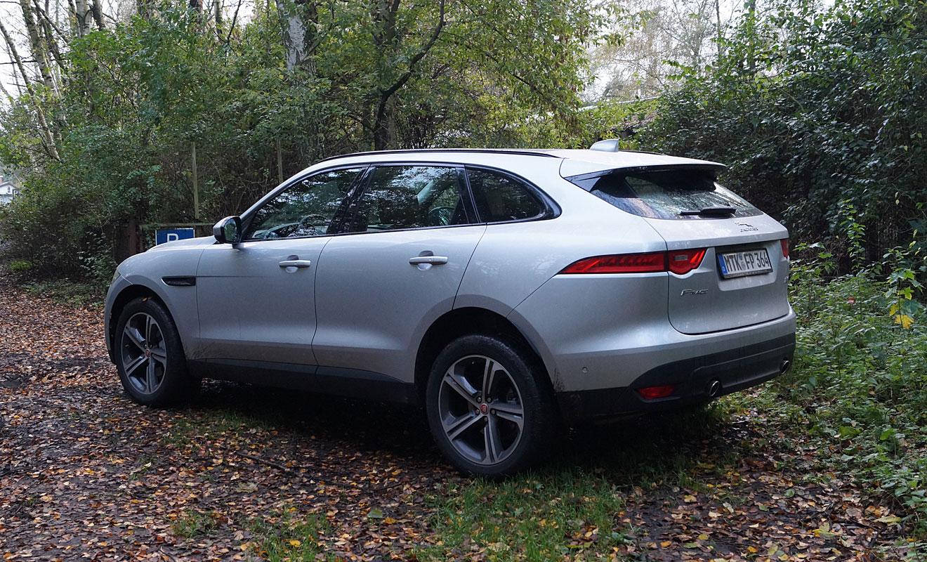 Der Jaguar F-Pace kann auch sein Heck vorzeigen. Foto: AG/Flehmer