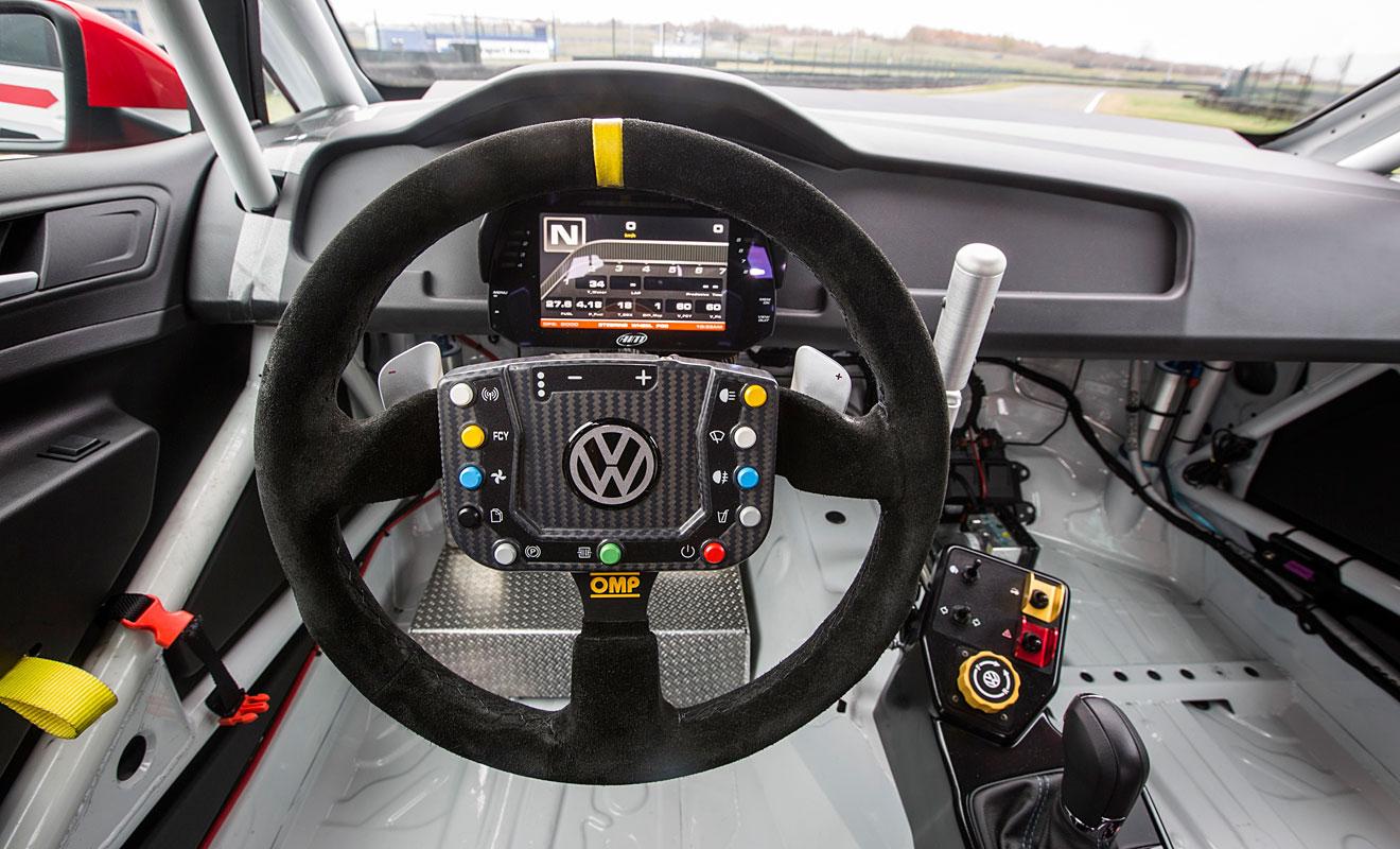 Keine Komfortelemente im Innenraum des Golf GTI TCR. Foto: VW
